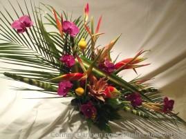 Composition de fleurs exotiques et orchidées