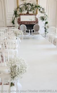 Arche décorée en blanc, en intérieur